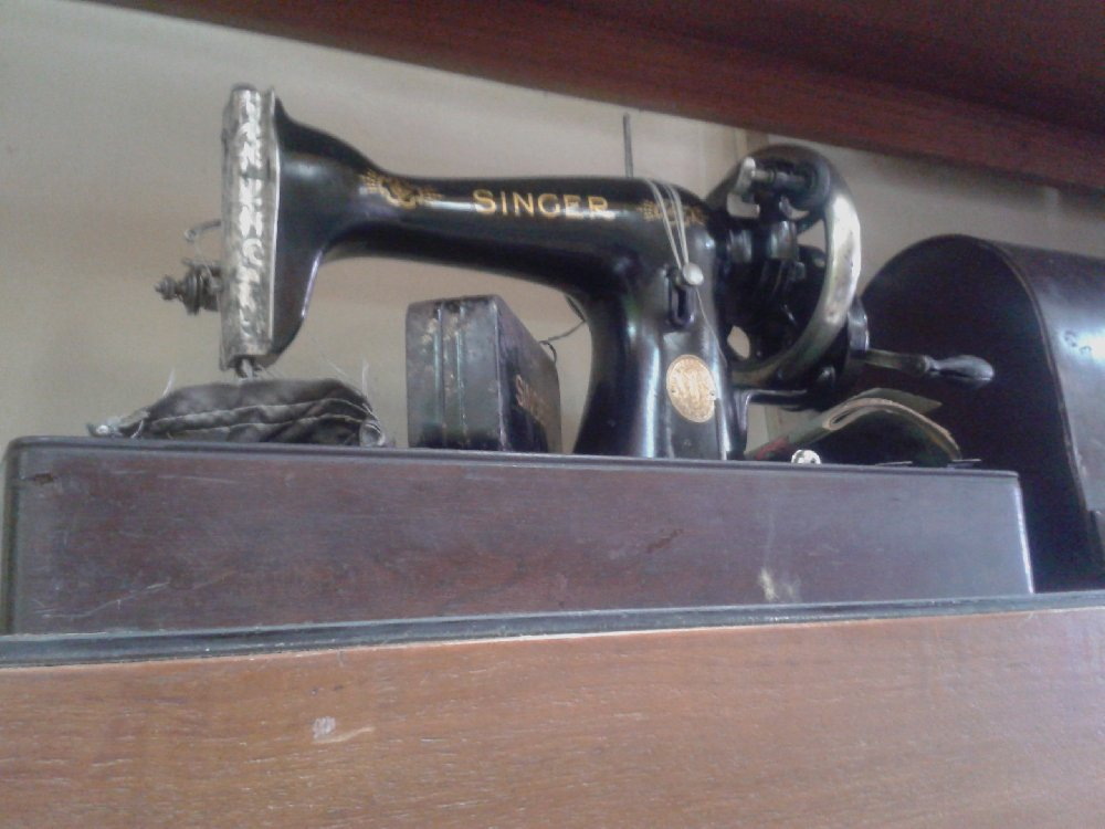 ANTIQUE SEWING MACHINE - SINGER 1920S