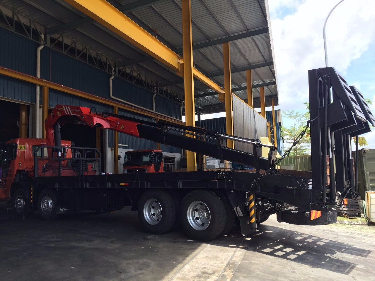Self Loader (lorry crane) with Crane for rent in Petronas Melaka Malaysia