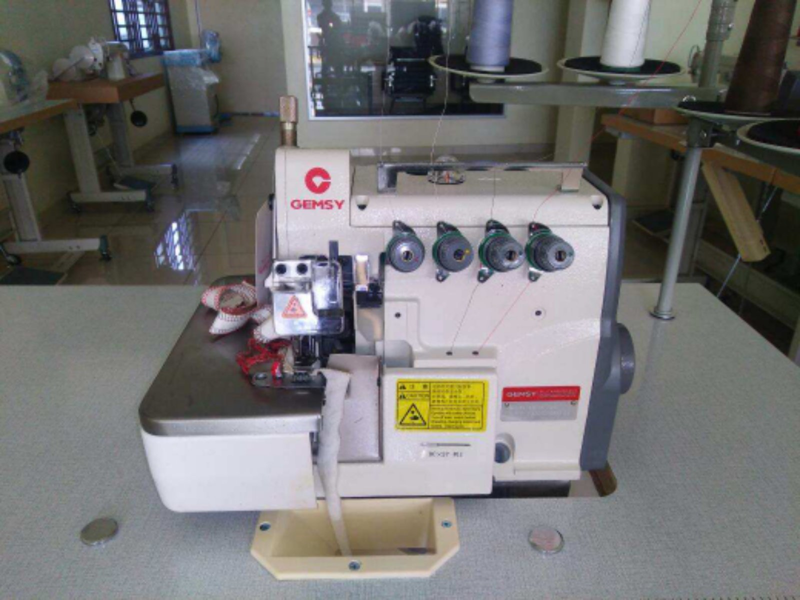 New Model Industrial Overlock Sewing Machine