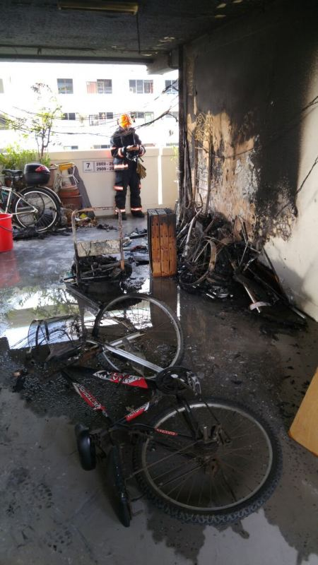CORRIDOR FIRE IN EUNOS EXTINGUISHED BY MEMBERS OF PUBLIC (7/4/16)